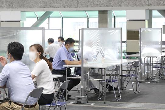 飛沫感染防止として、アクリル板を設置した商談スペース