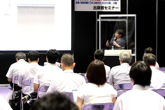 飛沫感染防止として、アクリル板を設置した講演者演台